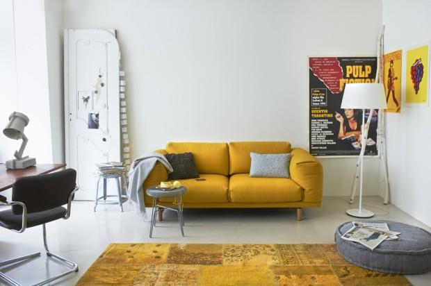 Felgeel gekleurd vloerkleed combineert prachtig met de gele bank in een verder licht interieur