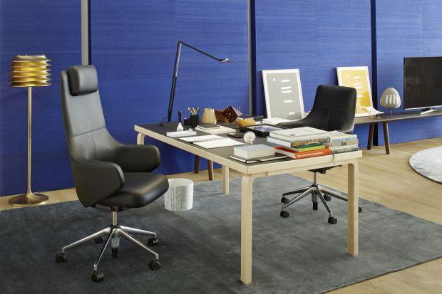 Een vloerkleed per woonsfeer: in de werkruimte een vierkant kleed en bij de zithoek een ronde (Bron: vitra.com)